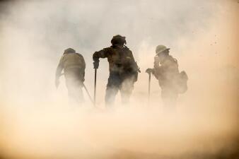 Permiten regresar a sus casas a miles de residentes del sur de California tras controlar el 41% del incendio (fotos)