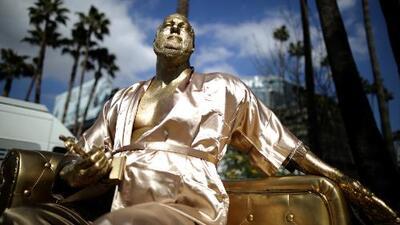 """""""El sofá del casting"""": la mordaz escultura de Harvey Weinstein que se expuso en Hollywood"""