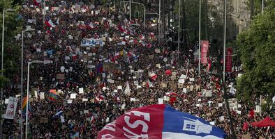"""""""Chile despertó"""": miles protestan en la manifestación más masiva desde el retorno a la democracia en ese país"""