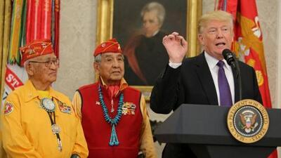 """Trump llama """"Pocahontas"""" a la senadora Warren frente a veteranos de guerra indígenas"""