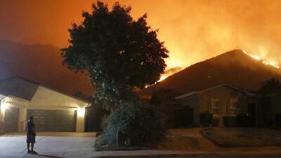 Personas que desobedecen órdenes de evacuación graban desde adentro de sus casas el incendio Holy en California