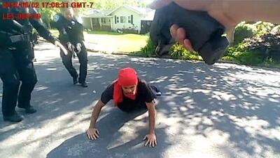 """""""No era una amenaza"""": revelan video de un hombre con una barra metálica que murió abatido por policías"""
