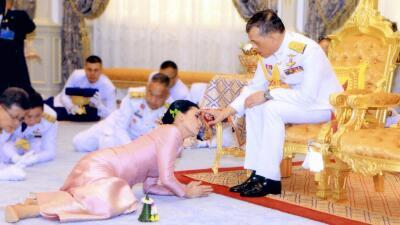 La boda pomposa del monarca de Tailandia y su jefa de guardaespaldas (fotos)
