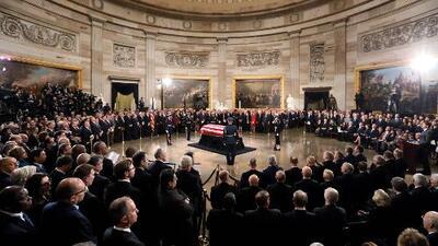Los restos del expresidente George H. W. Bush yacen en una capilla ardiente en el Capitolio