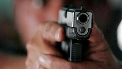 Hasta un año en prisión y una multa de 4,000 dólares puede enfrentar una persona detenida por disparar al aire