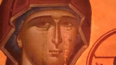 En fotos: Atrae a multitudes una imagen de la Virgen María presuntamente llorando en una iglesia de Chicago