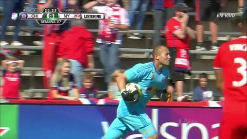 Uyy!! Casi gol. Michael de Leeuw patea y da en el arco