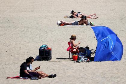En algunas zonas fue posible cumplir con el distanciamiento social. Sin embargo, durante el día la costa recibió a cientos de visitantes.