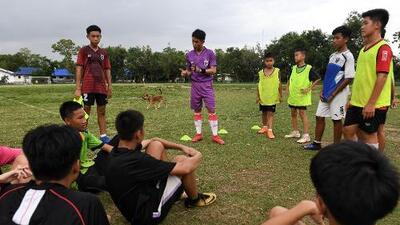 De la cueva al estrellato: Hace un año quedó atrapado un equipo de fútbol infantil en Tailandia