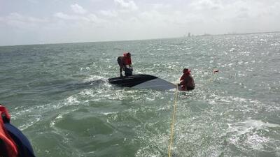 Rescatan a tres hombres luego de que su bote se volcara cerca de la costa texana