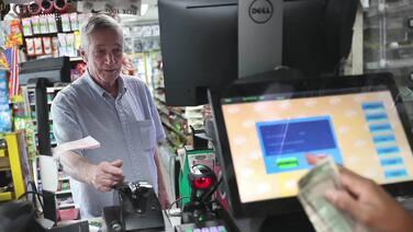 Dos sexagenarios de Florida son millonarios al ganar con un raspadito de la lotería