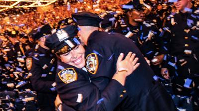 La policía de la ciudad de Nueva York da la bienvenida a 425 nuevos agentes