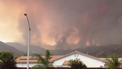 El incendio Holy amenaza residencias en Lake Elsinore, California