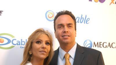 Esposo de Daniela Castro arma escándalo en un avión