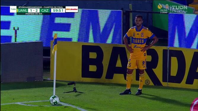 ¡CERCA! Guido Pizarro disparó que se estrella en el poste.