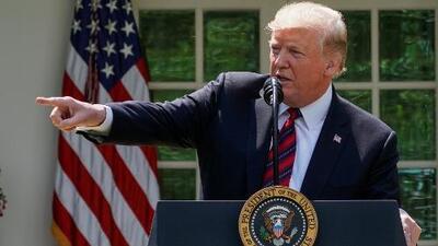 Lo que debes saber hoy: Trump ordena a inmigrantes reembolsar fondos al gobierno, dramático incidente en juicio de 'Junior' y un icono boricua se suma al desfile de PR