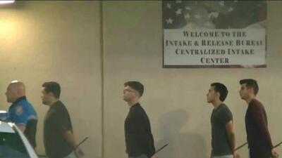 Arrestan a cuatro hispanos acusados de golpear a una pareja gay