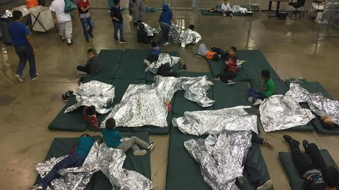 Abogados del gobierno de EEUU revelan que 471 padres inmigrantes fueron deportados sin sus hijos