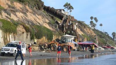 El derrumbe de un acantilado se cobra tres vidas en una playa de California