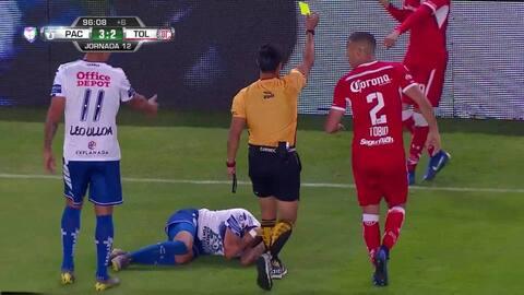 Tarjeta amarilla. El árbitro amonesta a Rodrigo Salinas de Toluca