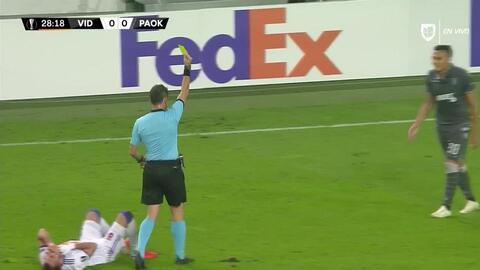 Tarjeta amarilla. El árbitro amonesta a Leo Jabá de PAOK Salonika
