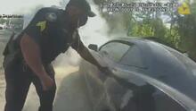 En video: El rescate de un hombre cuyo auto estaba a punto de estallar en una estación de gasolina