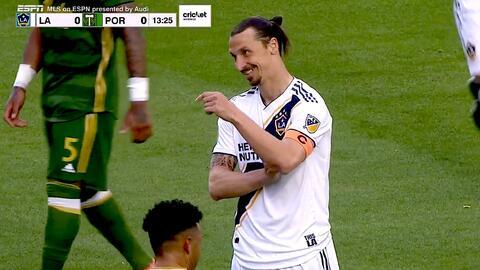 Zlatan Ibrahimovic remata como 'karateka' y por poco hace un golazo