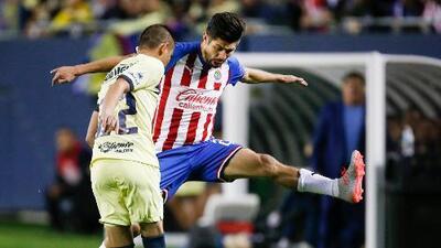 Conoce a los dos fanáticos que apoyaron a las Chivas y al América como aguadores de los equipos que jugaron el Clásico de Clásicos en Chicago