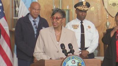Agentes federales allanan la oficina de la concejal Carrie Austin y se llevan varias cajas con presunta evidencia