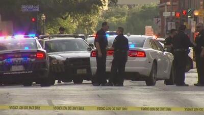 Tiroteo en el centro de Dallas deja muerto a un inocente que se encontraba en una parada de autobús