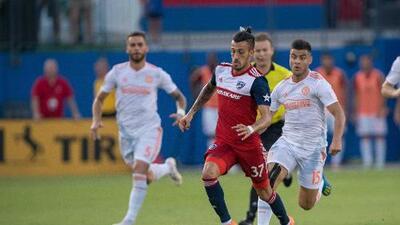 Maxi Urruti fraterniza con 'Kaku' y Lucho Acosta mientras inculca español y fútbol argentino en vestidor de FC Dallas
