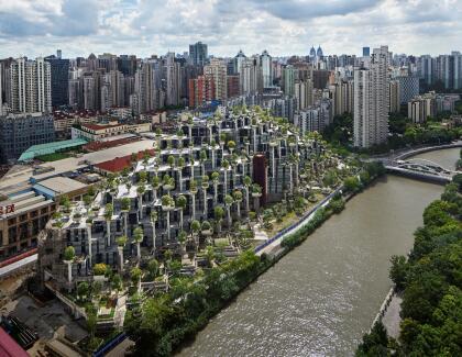 '1000 Trees' está localizado en una zona residencial a 20 minutos del centro de Shanghái, al lado del distrito de artes M50 y un parque público. Tiene la forma de dos montañas cubiertas de árboles y pobladas por cientos de columnas.