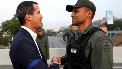 """""""El cese definitivo de la usurpación empezó hoy"""": el mensaje de Guaidó rodeado de un grupo de militares"""