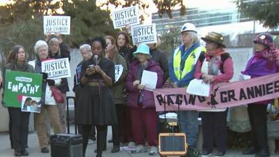 Decenas de personas se manifiestan contra el uso de 'tasers' en el condado San Mateo