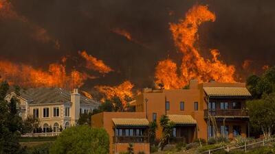 Residentes del área de Calabasas se preparan para evacuar por el voraz incendio Woolsey