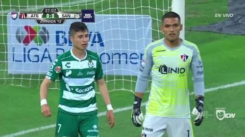 Jesús Gómez despeja el balón y aleja el peligro