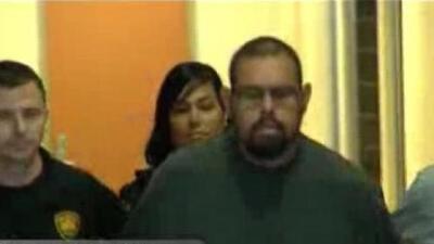 Arrestan a hombre que fue captado en video mientras empujaba y atropellada a una mujer