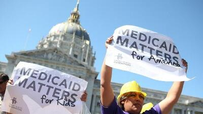 Pence expandió la cobertura de salud como gobernador y ahora quiere reducirla como vicepresidente