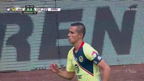 Emanuel Aguilera despeja el balón y aleja el peligro