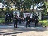 Protestantes se encadenan a la casa del gobernador Newsom para exigir protecciones para indocumentados