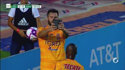 Gignac celebra con selfie y presume sticker