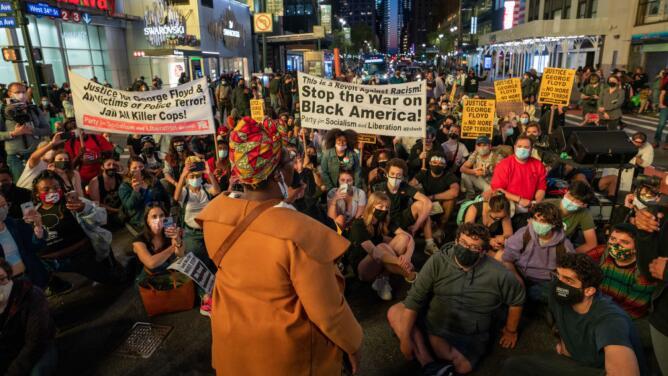 Decenas de activistas en Nueva York festejan el veredicto en el caso de George Floyd y piden cambios en la policía