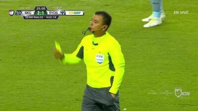 Tarjeta amarilla. El árbitro amonesta a César Montes de Monterrey
