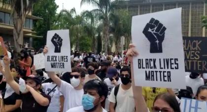 """La mayoría de los manifestantes vistieron camisetas blancas y pantalones negros. Levantaron sus carteles y gritaron a todo pulmón:  <b>""""Sin justicia no hay paz"""".</b>"""