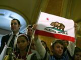 Proyecto de ley de California propone no criminalizar a los adultos que tienen relaciones sexuales consensuales con un menor
