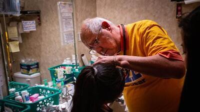 Médicos voluntarios se esfuerzan por brindar atención temporal a inmigrantes en la frontera