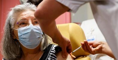 Recortar la primera dosis o posponer la segunda: la controvertida propuesta para que la vacuna alcance a más población