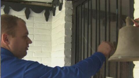 Policías y bomberos de Dallas reparten alimentos a personas de la tercera edad