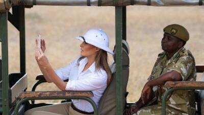 ¿Otro error de vestuario? El sombrero que Melania Trump vistió en África genera una discusión en las redes (y ella se defiende)