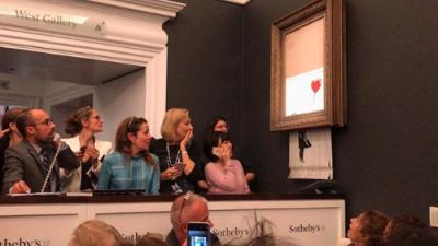 Una obra de arte millonaria de Banksy se autodestruye luego de ser subastada y la gente queda conmocionada